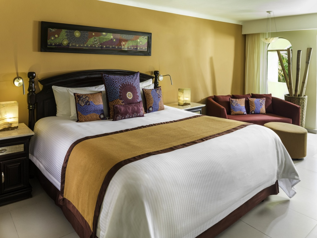 7-EDR_Jacuzzi_Jr_Suite_611_Bedroom.jpg